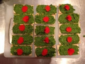 Atelier de cuisine végétarienne chez Ekikrok : toast pesto cresson, noix, fleur capucine